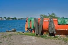 Bateau de pêche avec l'uniforme humide de marin Baltiysk Image stock