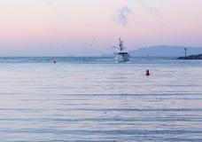 Bateau de pêche écrivant l'aube de port de Ventura Image stock