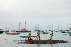 Bateau de pêche et statue des pêcheurs Images stock