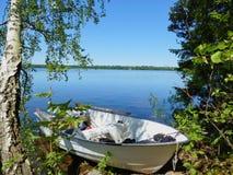 Bateau de pêche un Mien de lac, Suède Photo stock