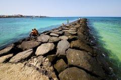Bateau de pilier de port à teguise Lanzarote Espagne Photos stock