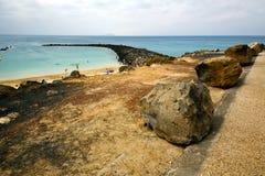 Bateau de pilier de port dans le ciel bleu   Arrecife teguise Lanzarote Images stock