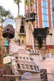 Bateau de pirate à l'étang près de l'hôtel d'île de trésor à Las Vegas Image stock
