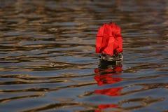 Bateau de pirate avec les voiles rouges photographie stock