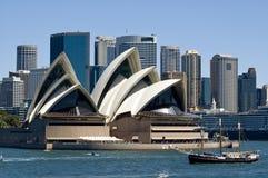 Bateau de pirate et théatre de l'$opéra de Sydney Photo libre de droits