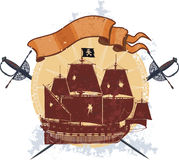 Bateau de pirate et un insigne avec des sabres Image stock
