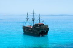 Bateau de pirate noir sur la mer bleue Vue arrière Photo libre de droits