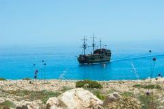 Bateau de pirate sur la mer Front View Images stock