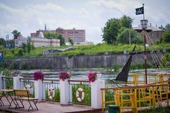 Bateau de pirate sur les docks Photos stock