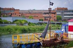 Bateau de pirate sur les docks Photos libres de droits