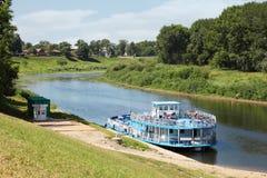 Bateau de plaisance sur le fleuve dans Vologda Images libres de droits