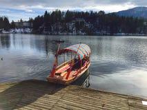 Bateau de Pletna, lac saigné images stock