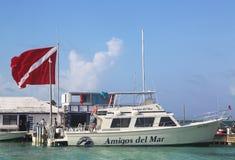 Bateau de plongée au dock de Del Mar d'amis dans San Pedro, Belize Photos libres de droits