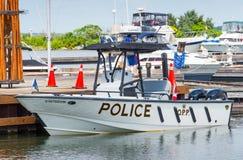 Bateau de police blanc dans une marina Photographie stock libre de droits