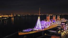 Bateau de Queen Mary la nuit pendant le Noël image libre de droits