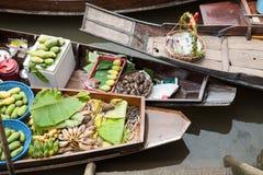 Bateau de rangée en bois au marché de flottement traditionnel de pilier, Thaila Photos stock