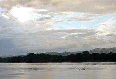 Bateau de rangée en bois de pêche sur le Mekong en Thaïlande images libres de droits