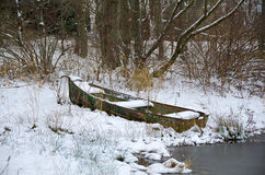 Bateau de rangée rouillé dans la neige Photographie stock libre de droits