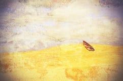 Bateau de rangée surréaliste abandonné dans le désert Photos stock