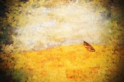 Bateau de rangée surréaliste abandonné dans le désert Image texturisée grunge Photos libres de droits