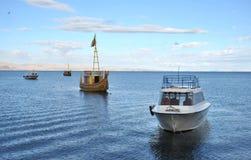 Bateau de Reed à nous montagne le Lac Titicaca Photos stock