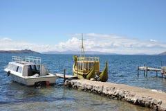 Bateau de Reed à nous montagne le Lac Titicaca Photographie stock libre de droits
