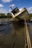 Bateau de rivière abandonné Image stock