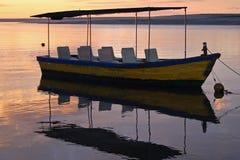 Bateau de rivière au coucher du soleil Photos stock