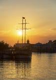 Bateau de rivière au coucher du soleil Photo stock