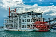 Bateau de rivière chez Marina South Pier images libres de droits