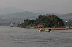 Bateau de rivière sur le Mekong, la Thaïlande et le Laos puissants Photographie stock libre de droits