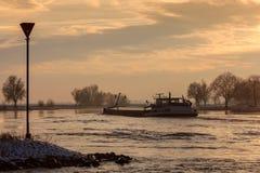 Bateau de rivière pendant l'hiver sur le fleuve hollandais IJssel Image stock