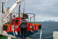 Bateau de sauvetage attaché sur le bateau principal Photographie stock