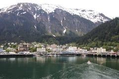 Bateau de sauvetage conduisant à vitesse normale dans Juneau Alaska Photos stock