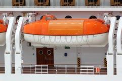 Bateau de sauvetage installé sur le grand paquet de doublure de passager Photos stock