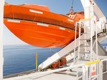 Bateau de sauvetage orange sur le paquet du bateau de croisière image libre de droits