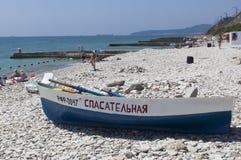 Bateau de sauvetage sur la plage dans Dederkoy Photo stock