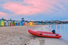 Bateau de sauvetage sur une plage avec des huttes Photo libre de droits