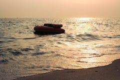 Bateau de sofa de silhouette au coucher du soleil Image stock