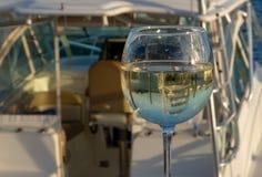 Bateau de Sportfishing reflété par le verre image stock