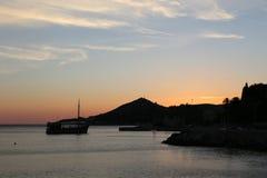 Bateau de touristes au coucher du soleil en mer, Croatie Photographie stock libre de droits