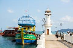 Bateau de touristes au pilier dans le village de pêche de Bao de coup Image stock