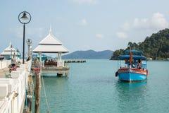 Bateau de touristes au pilier dans le village de pêche de Bao de coup Images stock
