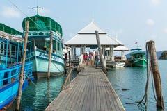 Bateau de touristes au pilier dans le village de pêche de Bao de coup (le plus touristique sur l'île) Photo stock