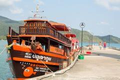 Bateau de touristes au pilier dans le village de pêche de Bao de coup (le plus touristique sur l'île) Images stock