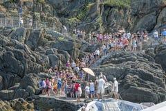 Bateau de touristes, Cinque Terre, Italie Images libres de droits