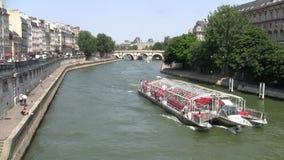 Bateau de touristes croisant sur la rivi?re la Seine ? Paris banque de vidéos