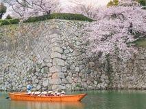 Bateau de touristes de croisière sur canaux autour de château de Himeji Image stock