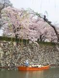 Bateau de touristes de croisière sur canaux autour de château de Himeji Image libre de droits