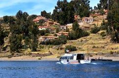 Bateau de touristes dans Amantani sur le Lac Titicaca Photographie stock libre de droits